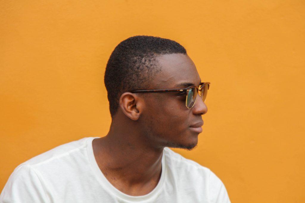 Das Bild zeigt einen Mann mit Brille und Haarausfall.